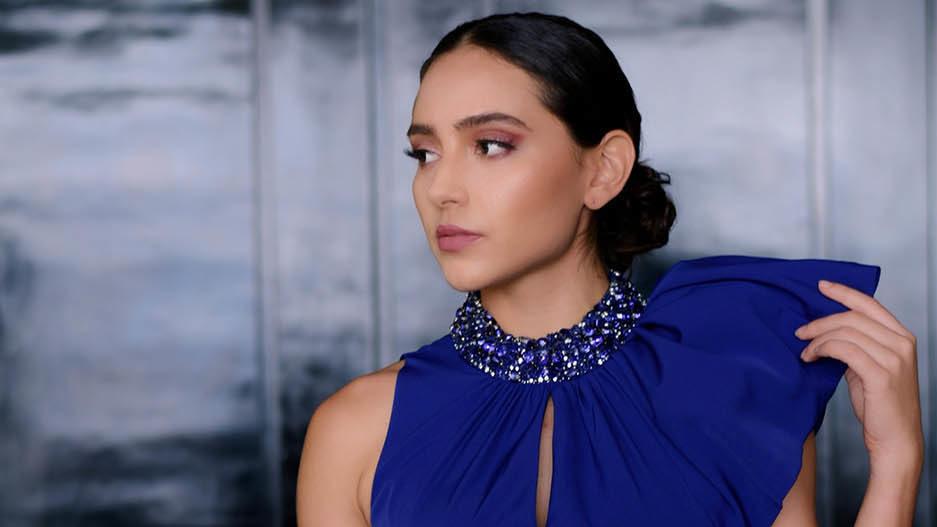 en kvinne med en fin og blå kjole, til høsten er indigoblå noe alle må prøve