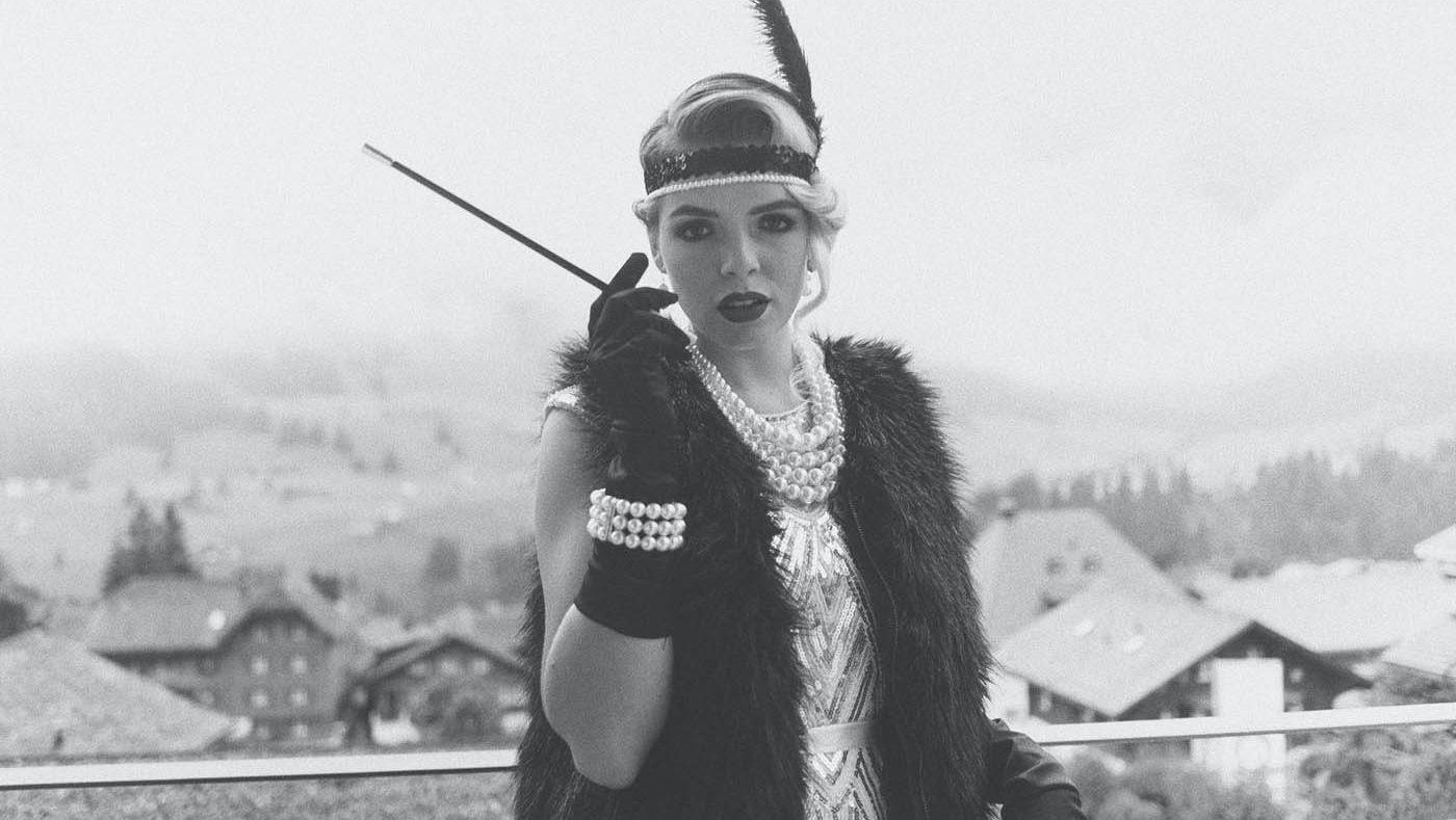 en dame som poserer med 20-talls inspirerte klær, til høsten 2021 kommer 20-tallet tilbake i full fart