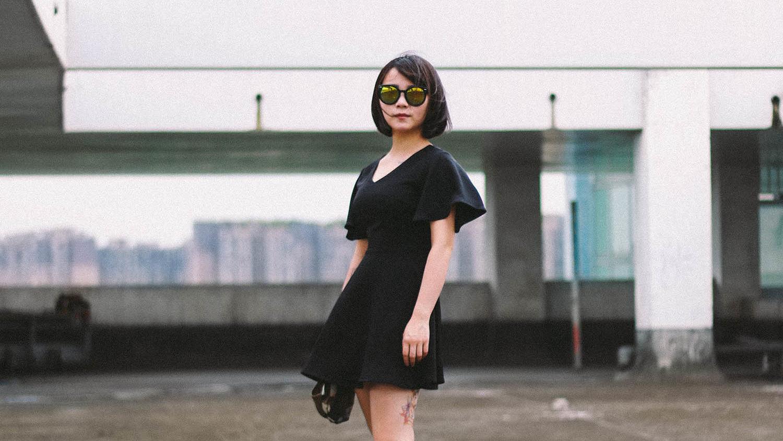 en dame som poserer med sin LBD, little black dresses kommer tilbake hvert år til og med høsten 2021