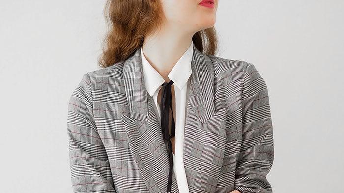 en dame med en fin blazer, høsten 2021 byr på blazere og skjørt