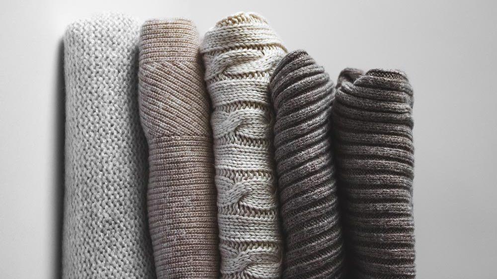 flere forskjellige strikke-plagg i fine toner, til høsten 2021 tar strikkete vester over som en av de største trendene.