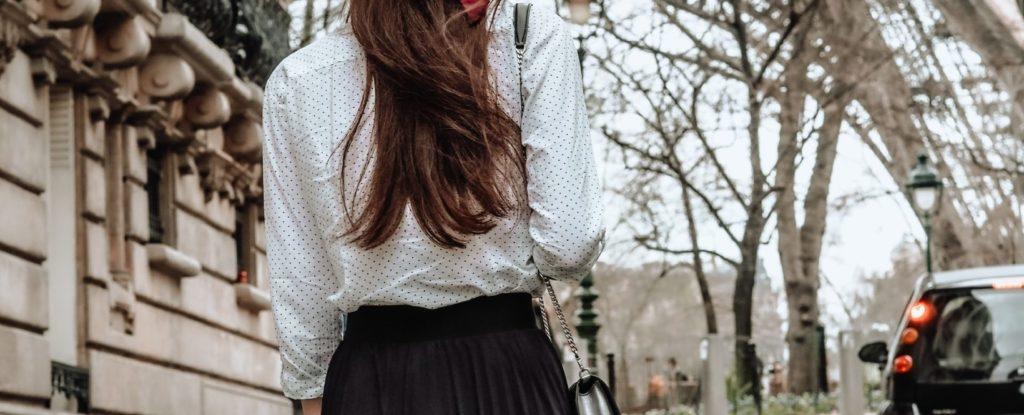 En kvinne som poserer i et langt og svart skjørt