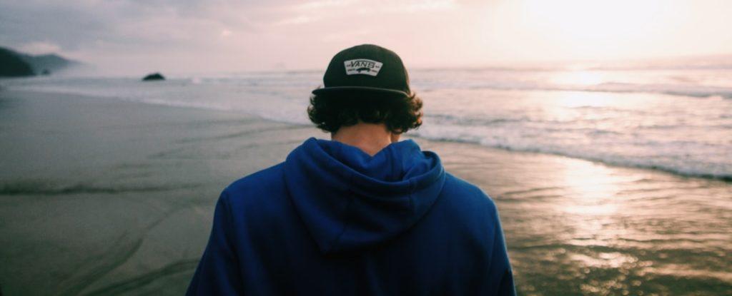 En mann som står i en ralph lauren genser med ryggen til kameraet.