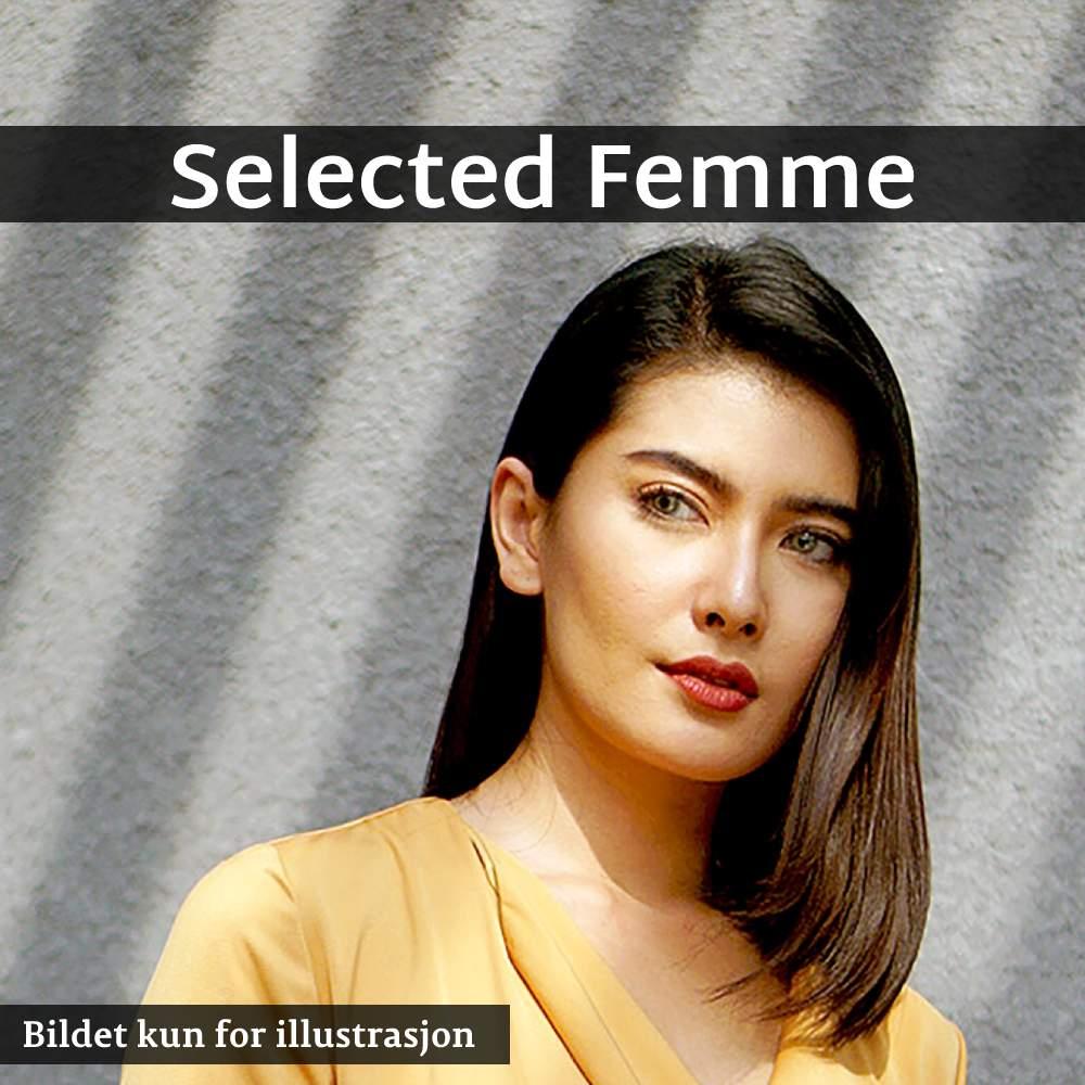 en kvinne som poserer i en gul kjole, les om selected femme her